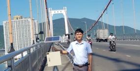Mô hình điều tiết giao thông cho xe máy trong mùa gió bão của Đỗ Anh Vũ (cựu sinh viên lớp13x3b, Khoa Xây dựng cầu đường) và Ngô Văn Trung (lớp 14DT3, Khoa Điện tử viễn thông) của Trường Đại học Bách