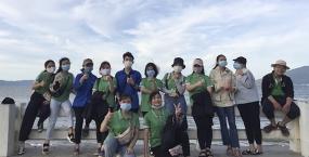 Sinh viên Đại học Sư phạm tham gia dọn rác trên bãi biển sau ảnh hưởng của cơn bão số 5