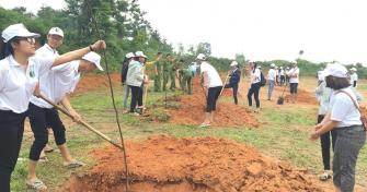 Sinh viên UD-CK chung tay trồng nhiều cây xanh trong Lễ phát động Tết trồng cây đời đời nhớ ơn Bác Hồ năm 2018