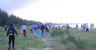 Câu lạc bộ Kỹ năng Sắc màu - Hội Sinh viên trường ra quân dọn dẹp vệ sinh môi trường bãi biển trong chiến dịch