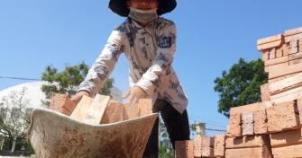 15 tuổi đi làm phụ hồ, nữ sinh Quảng Nam vẫn đậu 3 trường Đại học Đà Nẵng: Ráng nuôi ba mẹ ung thư