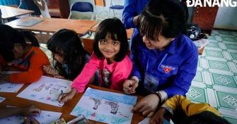 Đoàn viên Trường ĐH Kinh tế dạy học cho trẻ em ở xã Tà Pơơ, huyện Nam Giang, tỉnh Quảng Nam.