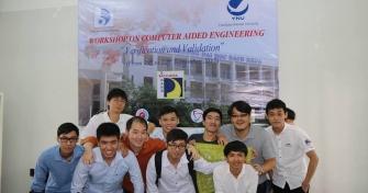 Sinh viên Trần Ngọc Thiên Nam (đầu tiên từ trái sang) cùng các đồng môn trong sự kiện giao lưu khoa học, kỹ thuật với Đại học Yokohama- Nhật Bản.