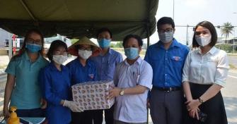 Đà Nẵng tặng quà cho sinh viên tình nguyện tại các chốt chống dịch Covid-19