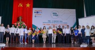 PGS.TS. Ngô Văn Dưỡng - Phó Giám đốc ĐHĐN (thứ 11 từ bên phải sang) chụp hình lưu niệm cùng Ban Tổ chức, Ban Giám khảo và đại diện các đội thi