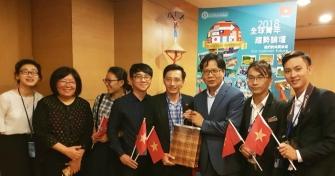 TS. Dương Minh Quân (thứ 4 từ bên trái sang) đại diện đoàn Việt Nam tặng quà lưu niệm cho TS. Trần Kiến Nhân (thứ 5 từ bên trái sang)