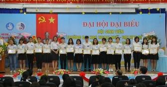Tặng giấy khen của Đoàn Thanh Niên Trường Đại học ngoại ngữ - Đại học Đà Nẵng