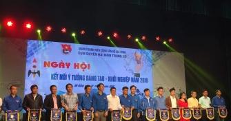 Đồng chí Đàm Minh Anh (thứ 3 từ phải sang), Phó bí thư Đoàn trường nhận cờ của BTC